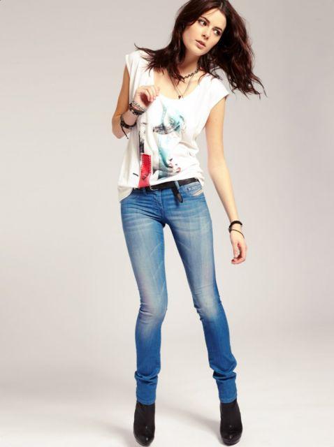 Фото девушка в джинсах