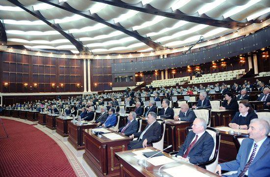 Milli Məclisdə deputatların yaltaqlıq yarışı