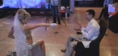 Gəlin toyun ortasında soyunub oynamağa başladı - VİDEO