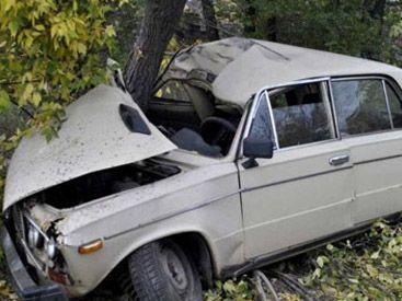 Qubada avtomobil ağaca çırpıldı