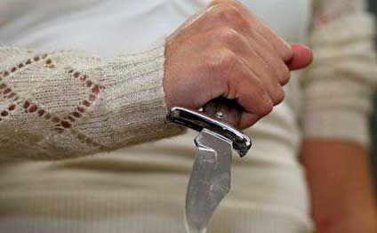 Bakıda kişi arvadını bıçaqladı