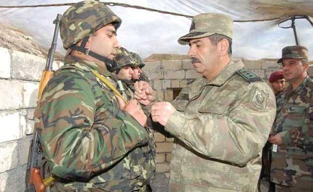 Zakir Həsənov zabitlərin hərbi geyimini dəyişir