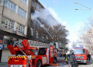 Bakının mərkəzində 3 mərtəbəli bina yandı