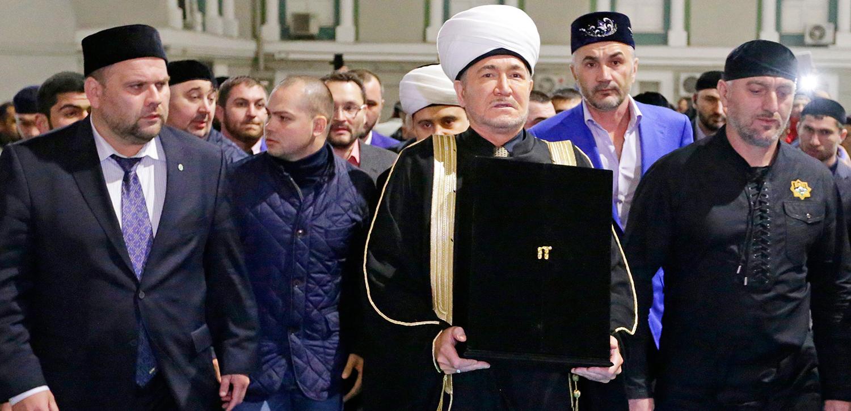 Sahar TV | В Московскую Соборную мечеть спецрейсом из Чеченской Республики доставили величайшую реликвию волос Пророка Мухаммада (мир ему) |