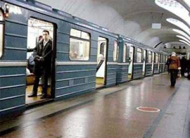 Bakı metropliteninin Nizami stansiyasında qatarlardan birində problem yaranıb