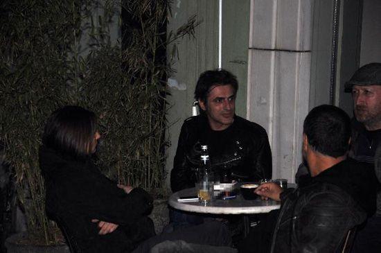 Yenicə boşanan müğənni dostları ilə kafedə - foto