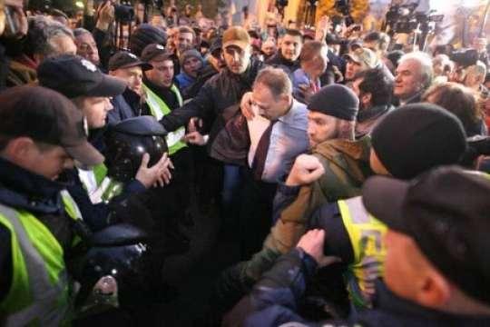 Saakaşvilinin tərəfdarları deputatı döyüb, sonra üzünə tüpürdülər - VİDEO