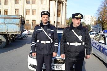 YOL POLİSLƏRİ ANA VƏ KÖRPƏSİNİN HƏYATINI XİLAS ETDİLƏR